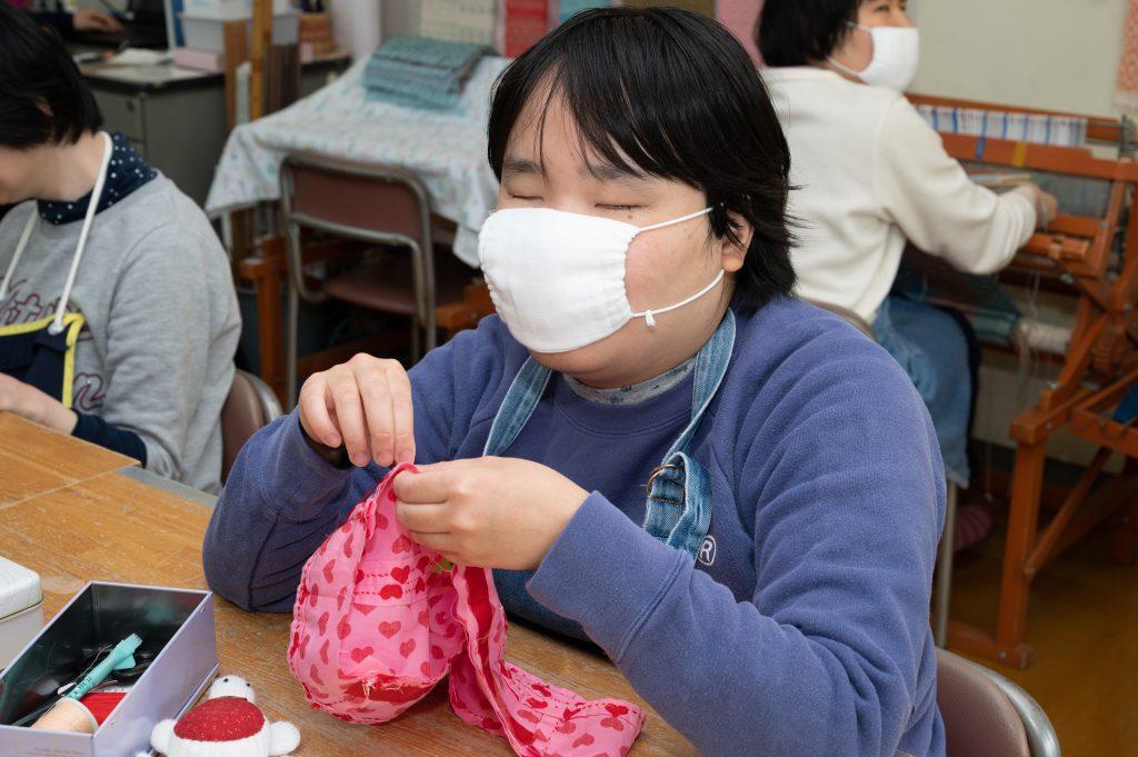 手縫いの練習を行う利用者