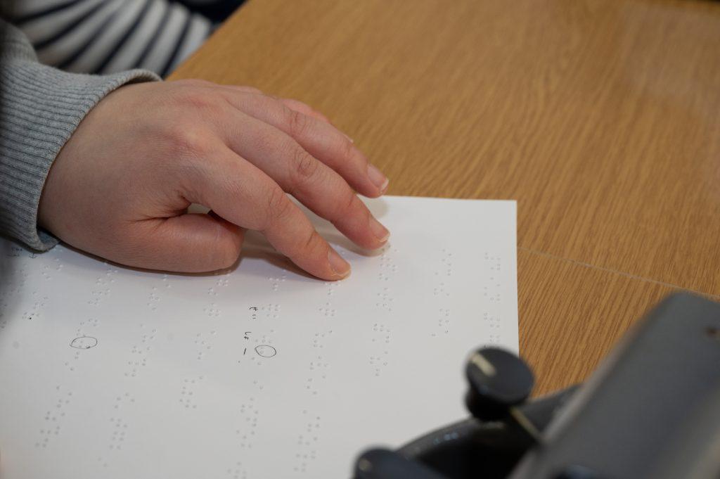 点字タイプライターで打った文章を確認する利用者