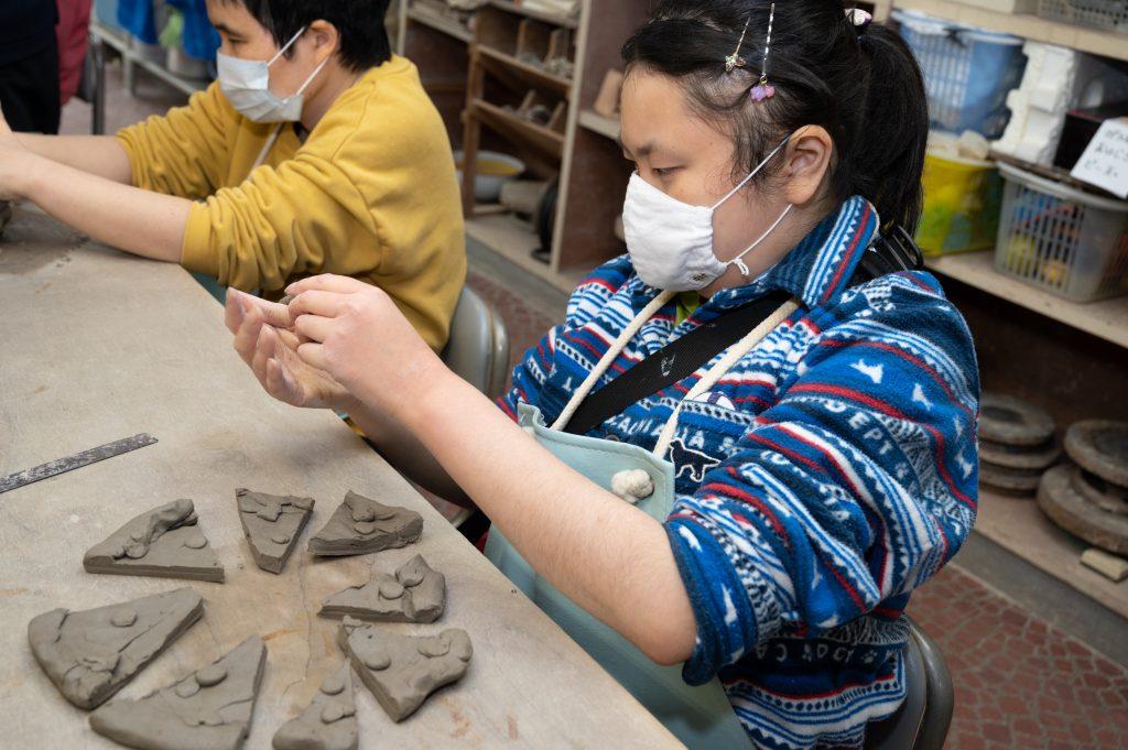 陶芸で造形作品を作る利用者