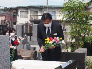 献花を行う石渡理事長