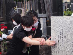 墓碑の文字に触れる利用者