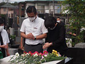 献花をする利用者