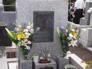 光の家の墓碑
