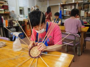 籐を編む利用者