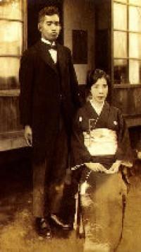 創立者 秋元梅吉初代理事長夫妻(昭和6年当時)